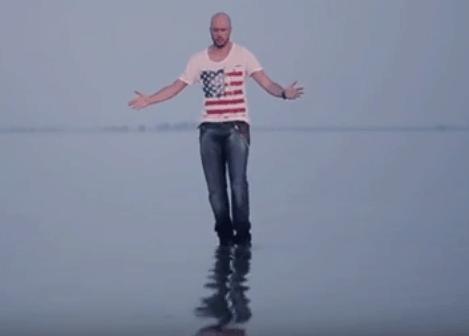 Johannes merge pe apa