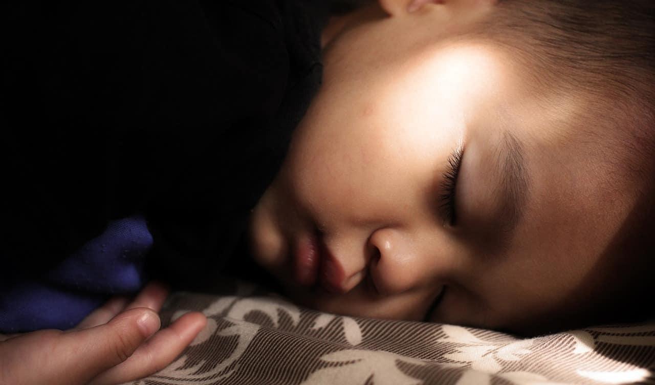 9 pași să îți ajuți copilul să doarmă singur 1