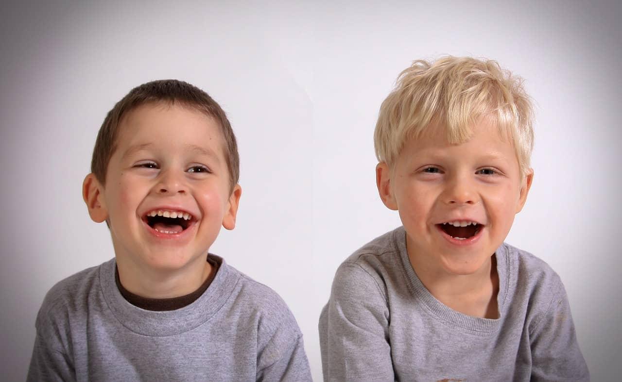 Cum îți poți ajuta copilul să utilizeze umorul ca pe o abilitate socială? 1