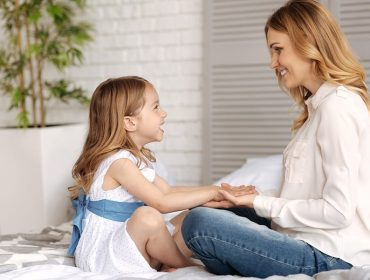 întrebări pentru copii - mama stând de vorbă cu copilul