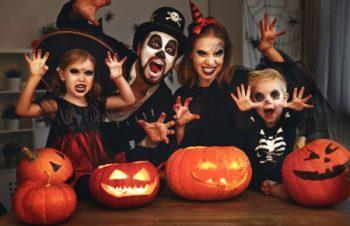 Familie fericită costumata de Halloween