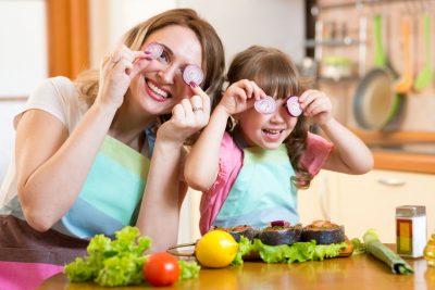 Mama și copil în bucătarie gătesc împreună familie mâncare sănătoasă