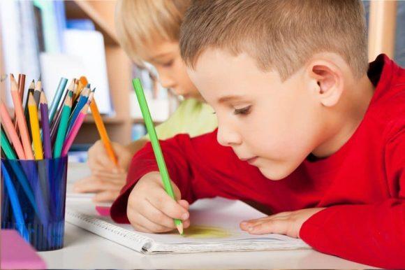 Read more about the article Cum interpretezi desenele copilului tău – Ce înseamnă un copac uscat? Dar unul foarte mic?