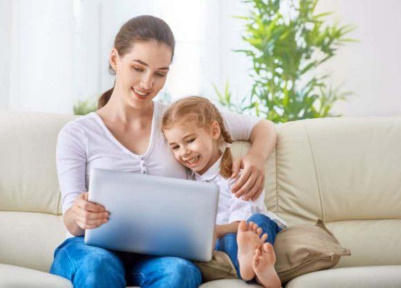 Read more about the article Copiii şi ecranele – Între pericole grave și beneficii incredibile