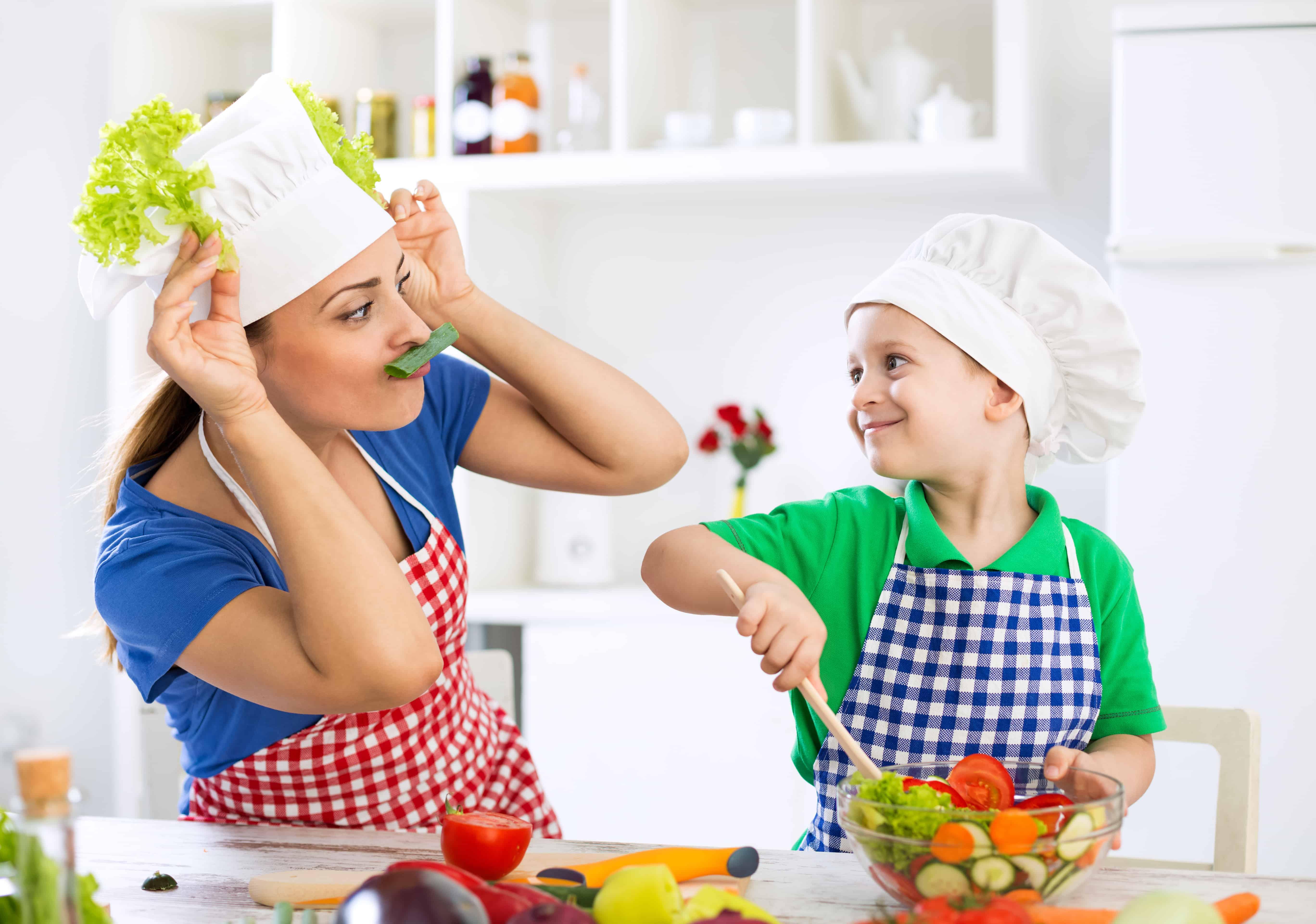 secretele mamelor fericite - echilibrul si pozitivismul mama și copil în bucătărie gătesc