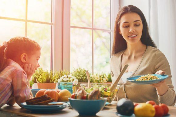 mama și copil în bucătărie gătesc mâncare sănătoasă