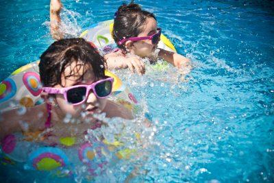 copii innoată in club sportiv