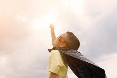 copil fit puternic fericit