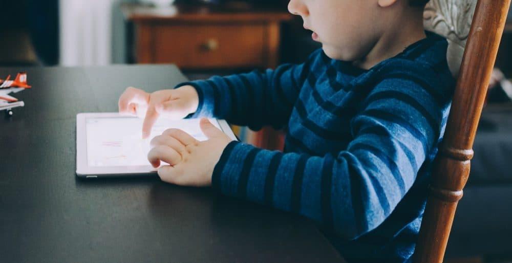 Copiii şi ecranele - copil mic cu tableta