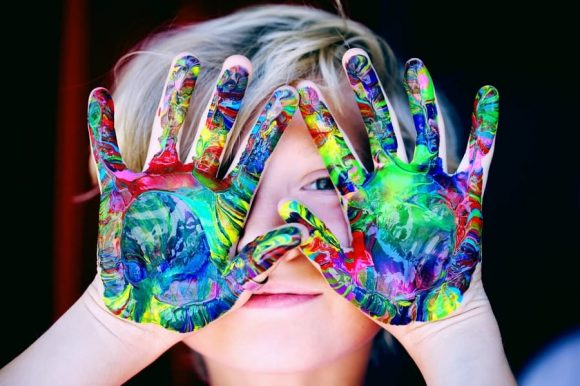Read more about the article 6 beneficii ale artei pentru dezvoltarea copilului tău