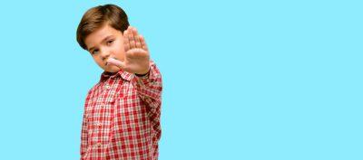 copil refuză semn de autoapărare impune bariere