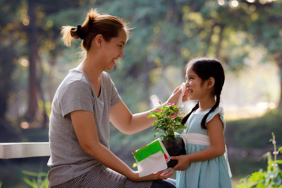 fetita aduce flori mamei