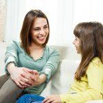 mama și fiică vorbesc și zâmbesc