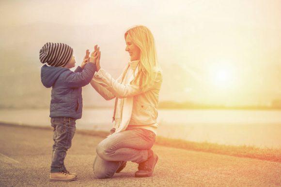 mama și copil fericiși bat palma se înțeleg bine
