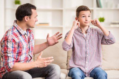 8 capcane pe care să le eviţi când pui limite - adolescent nu ascultă explicaţiile tatălui