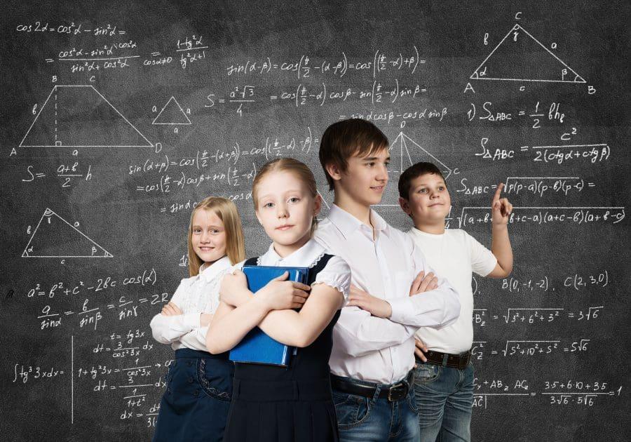 copii inteligenți rezolvă probleme de matematică și logică la școală