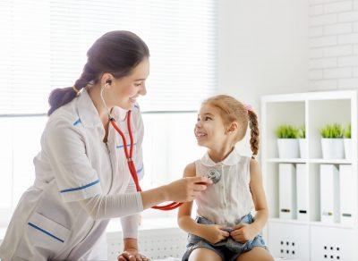 copil la doctor e consultat într-un spital