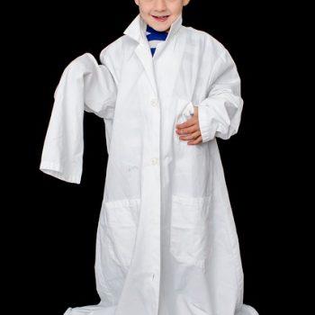 copil imbracat in halat de laborator