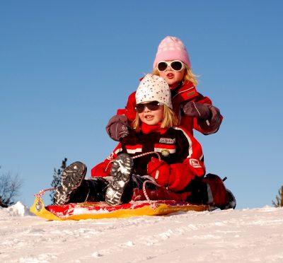copiii la săniuș fac sport de iarnă