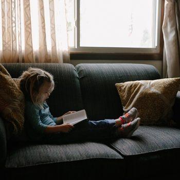 fetita care citeste