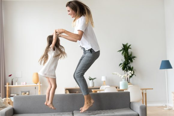 Copilul si mama se joaca