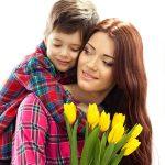 copil aduce flori mamei