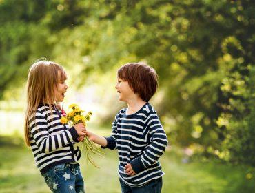 copii care culeg flori