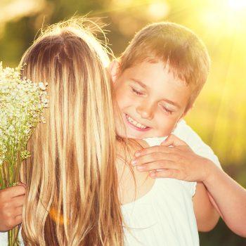 copil care aduce flori mamei