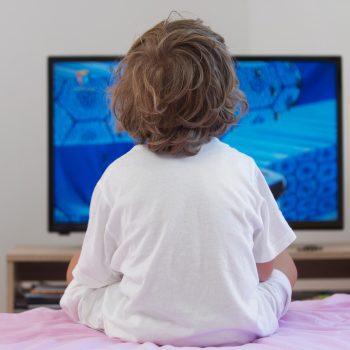 copil la televizor
