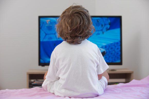 copil hiperactiv la televizor