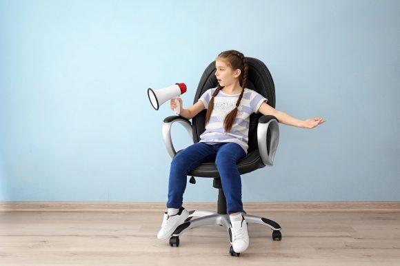 fetita in scaun rotativ