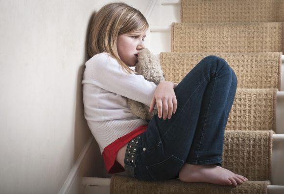 copil trist si singur, dupa ce a fost certat de parinti