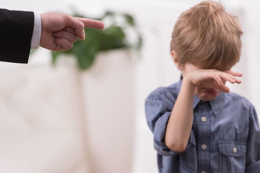Copil umilit de parinti