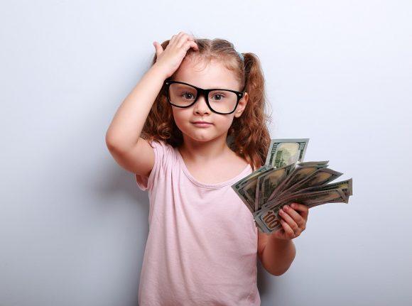 fetita cu bani