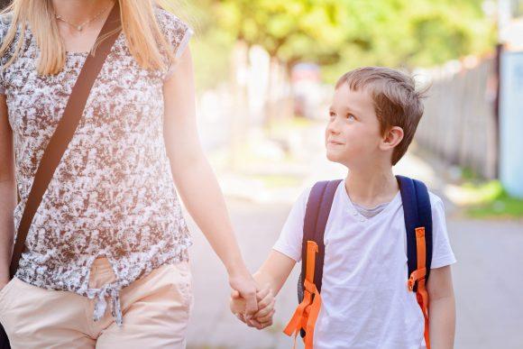 mama isi conduce la scoala copilul fericit, care o iubeste
