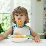 copil care mananca paste