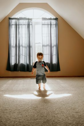 copil stresat de supraprotecţie