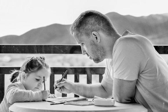 tata si fiica fac lucruri împreună