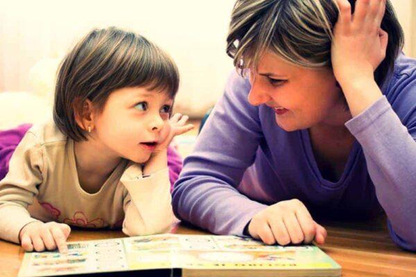 Pentru grădiniţă mama pregateste fetita