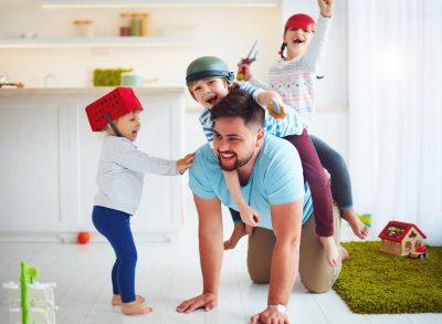 Familia în weekend se joacă