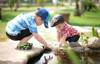copii care se joaca in natura