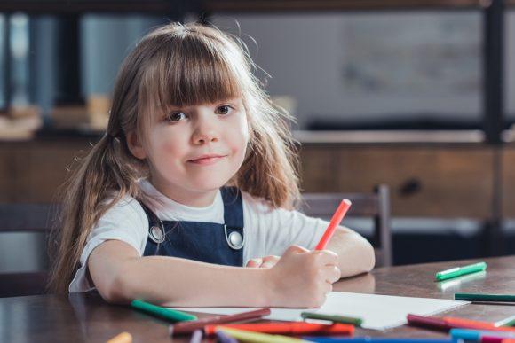 Read more about the article 7 motive pentru care autoportretul este un exerciţiu creativ important pentru dezvoltarea personală a copilului