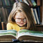 copil inteligent care citete