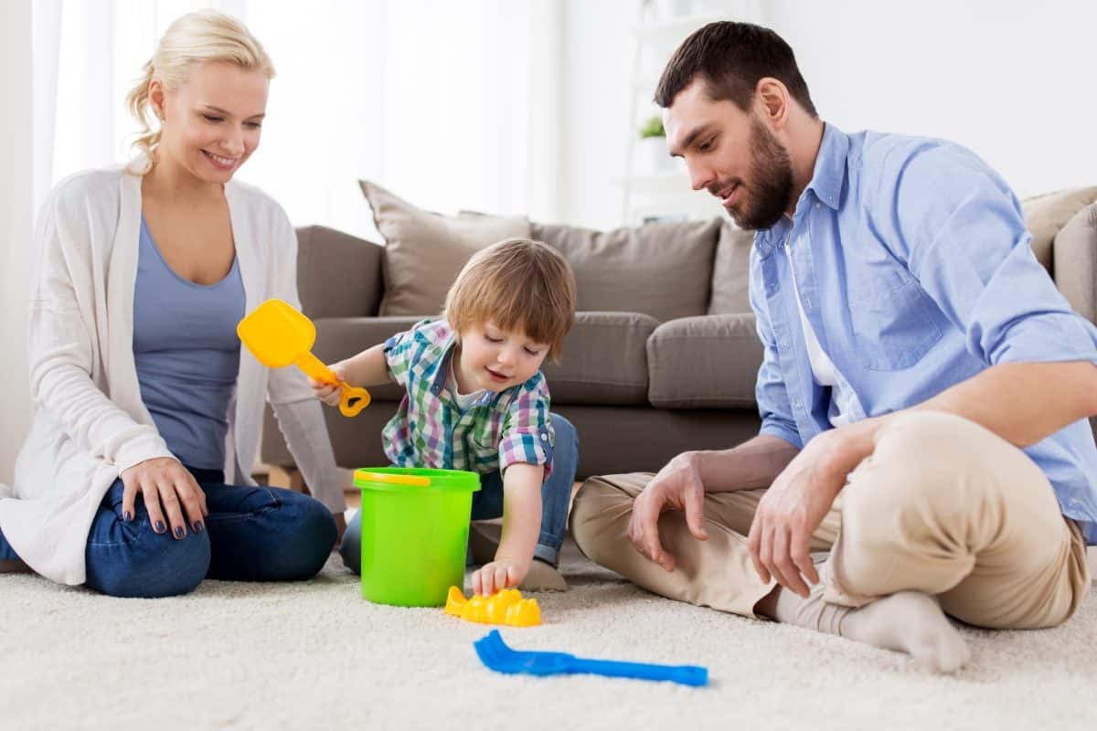 Cooperare. copil jucându-se cu părinții