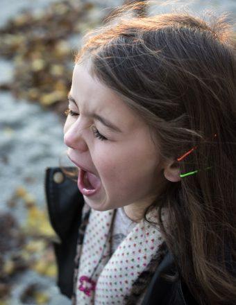 """Read more about the article 5 pași siguri pentru """"dezamorsarea"""" unei crize de plâns a copilului"""