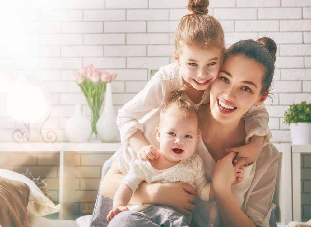 părinte cu copii fericiti