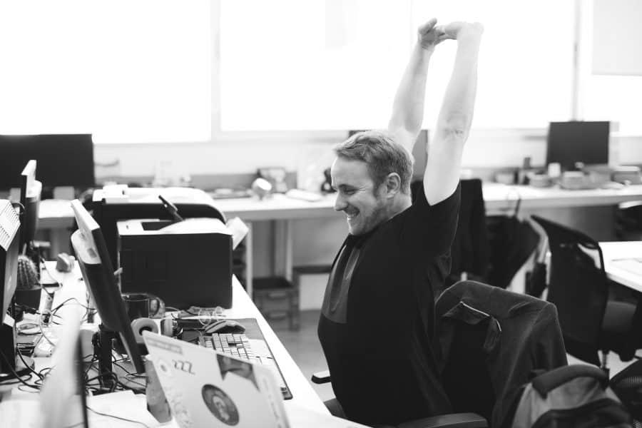 stretching la birou din pozitia sezand