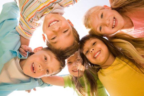 Read more about the article 5 Metode bune prin care îţi ajuţi copilul să îşi facă prieteni