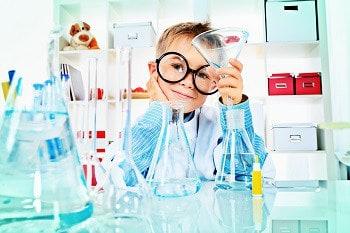 copil in laborator