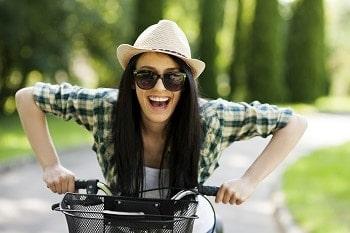 femeie pe bicicleta